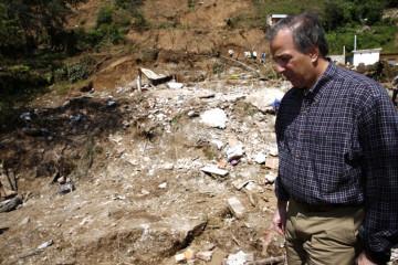 FOTO 5 Secretario Meade en el recorrido por zonas afectadas tras el paso de la tormenta tropical Earl en el estado de Veracruz