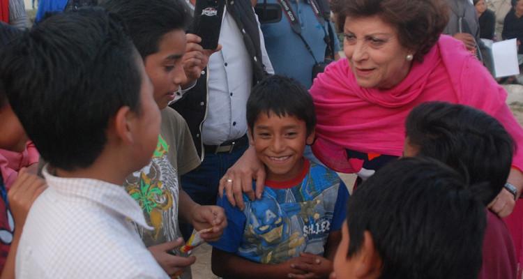 Emilia Yunes y niños