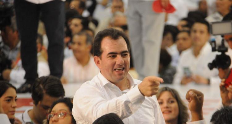 Pepe Yunes señalando