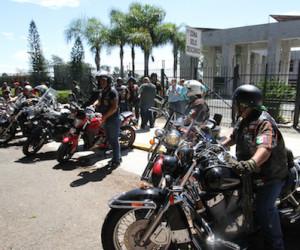 """Xalapa. Ver., 16 de agosto del 2018.- Motociclistas de diversas ciudades, acudieron al Congreso local para protestar en contra de cualquier ley o modificación que tenga por objeto obligarlos a rotular sus cascos, usar chaleco con número y algunas otras medidas, bajo la supuesta idea de ayudar a combatir la delincuencia.  Indicaron que esta es una medida copiada en Colombia en la década de los 80, cuando buscaban combatir al Pablo Escobar, pero en ese país ya fue declarada inconstitucional tal medida.  """"Lo que pasa en Veracruz,es que se quiere imponer una acción hitleriana y dictatorial que busca marcar a los motociclistas como responsables de la delincuencia en el Estado"""", expresaron.  /FOTOJAROCHA.COM/ Saúl Ramírez"""