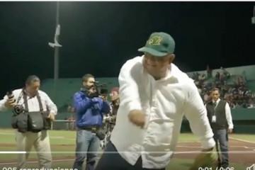 Eric Cisneros lanzando bola