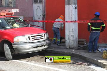 Xalapa, Ver, 12 de junio de 2020.-  Nuevamente en la calle de Ignacio Allende fue cerrada a la circulación porque no se conectó un colector pluvial, aunque negó que sea un error de la empresa encargada de la obra de rehabilitación. Vecinos consideraron que la obra fue mal planeada.   /FOTOJAROCHA.COM/ Polo Rivera